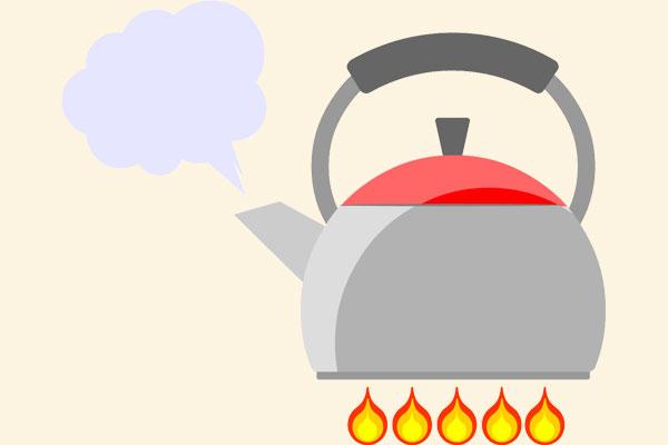 火で湯を沸かす